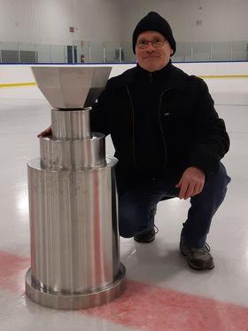 Voici en grande primeure une photo de la nouvelle coupe qui sera remise aux champions des séries éliminatoires de la Ligue de Hockey Junior A Beauce-Frontenac (LHJABF). Le tout présenté par le président de la ligue, monsieur Claude Jolicoeur.